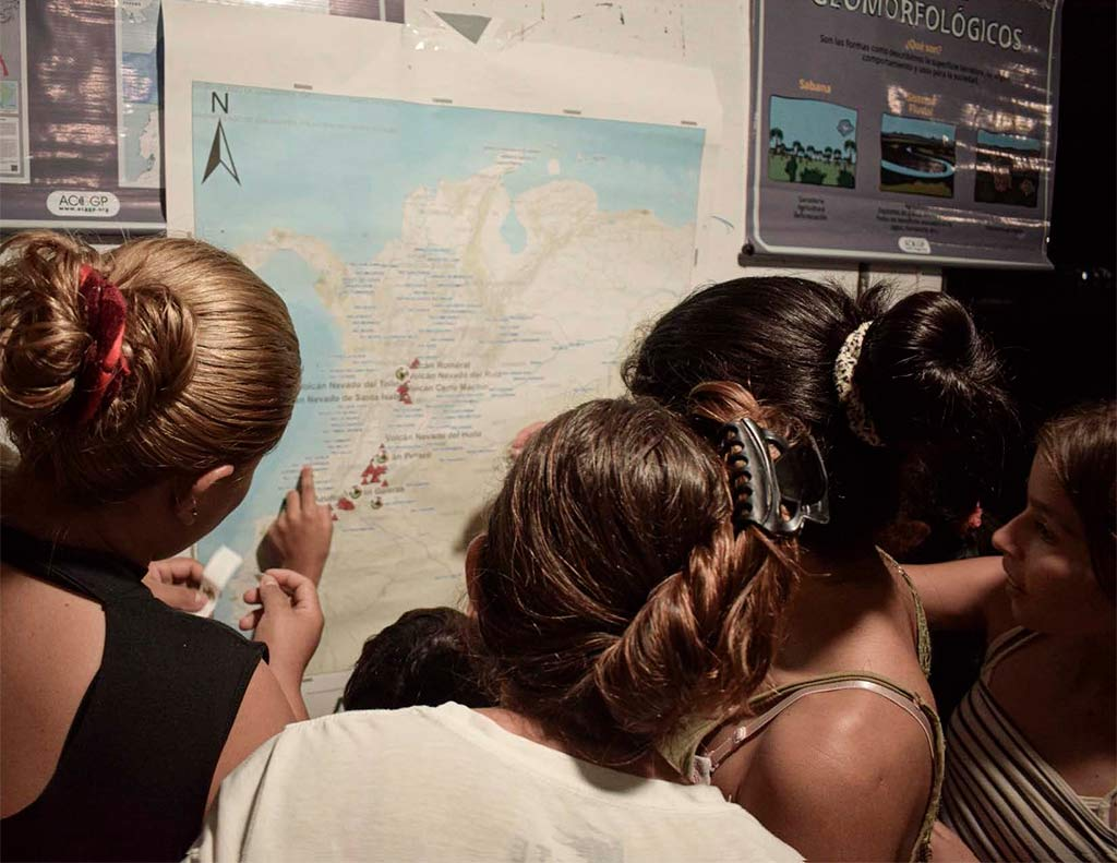 Personas observando un mapa de Colombia